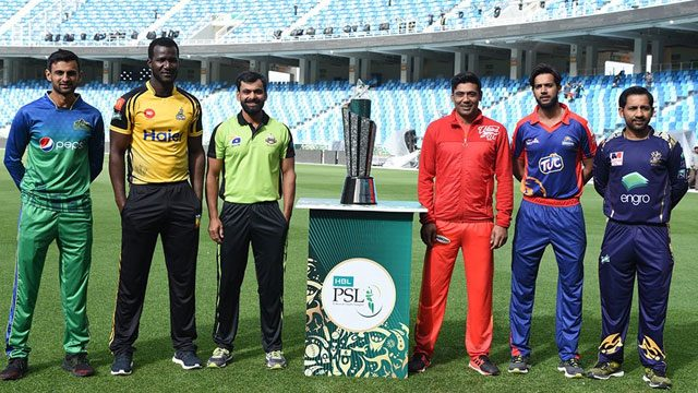 Captains and guests of all teams also get pictures with Trophy