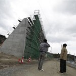 A 250-mile stretch of beach with Japan that the concrete wall of iron that could not enter the cities of the sea waves
