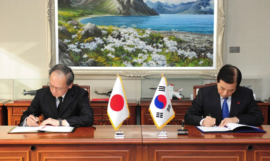 Stationed in South Korea   Japan's Ambassador Yasumasa Nagamine and South Korean Defense Minister Han Min Koo signed