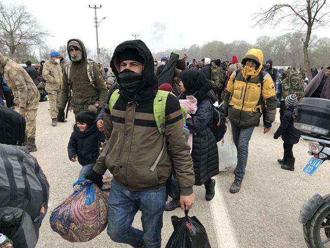 Refugees decide to return after a long wait on the Greek border