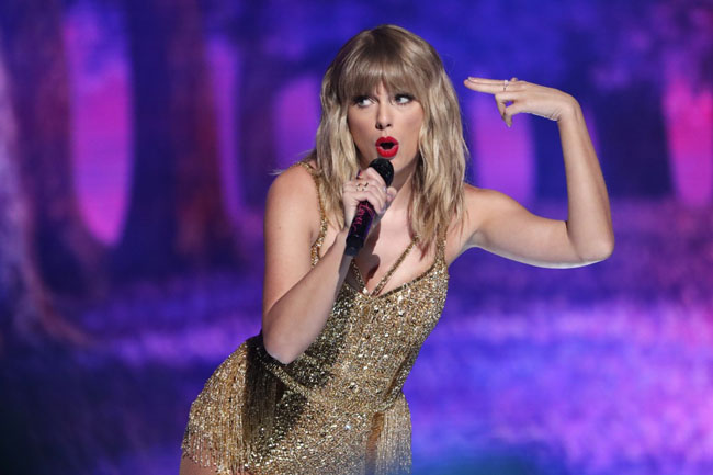 Taylor Swift becomes the first singer to win record awards after making 29 US awards.
